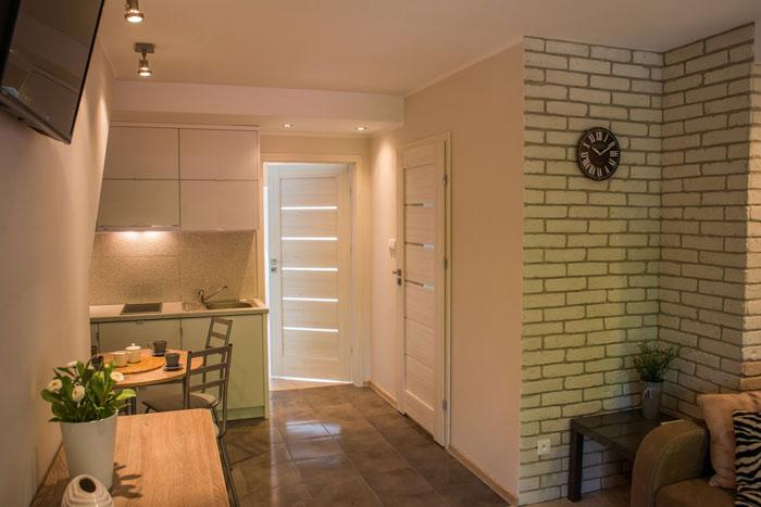Pierwszy pokój z aneksem kuchennym